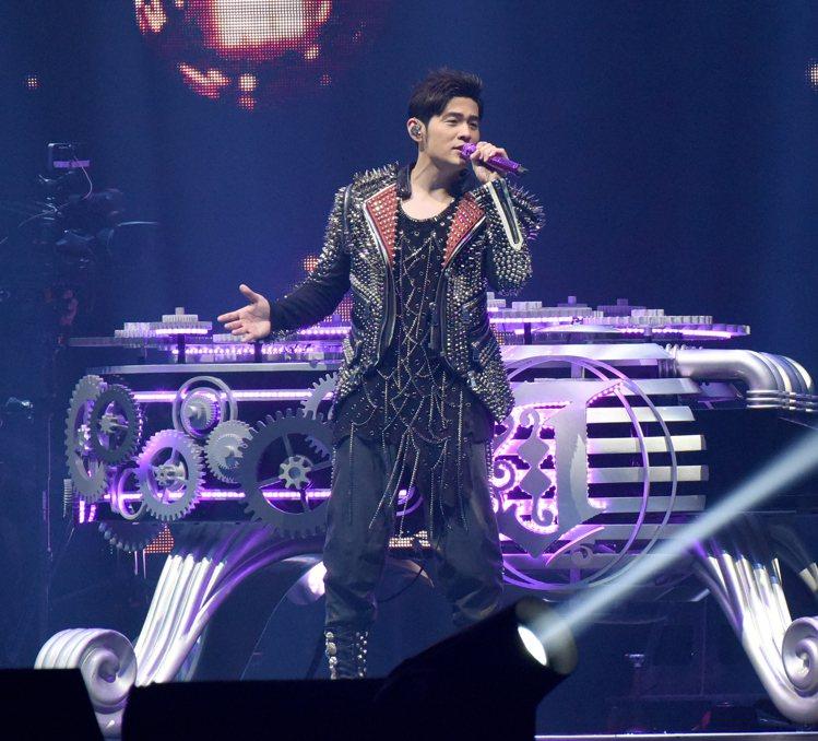 周杰倫在個人第7次世界巡迴演唱會「地表最強」所穿之的演出服裝也將慈善拍賣。圖/蘇...
