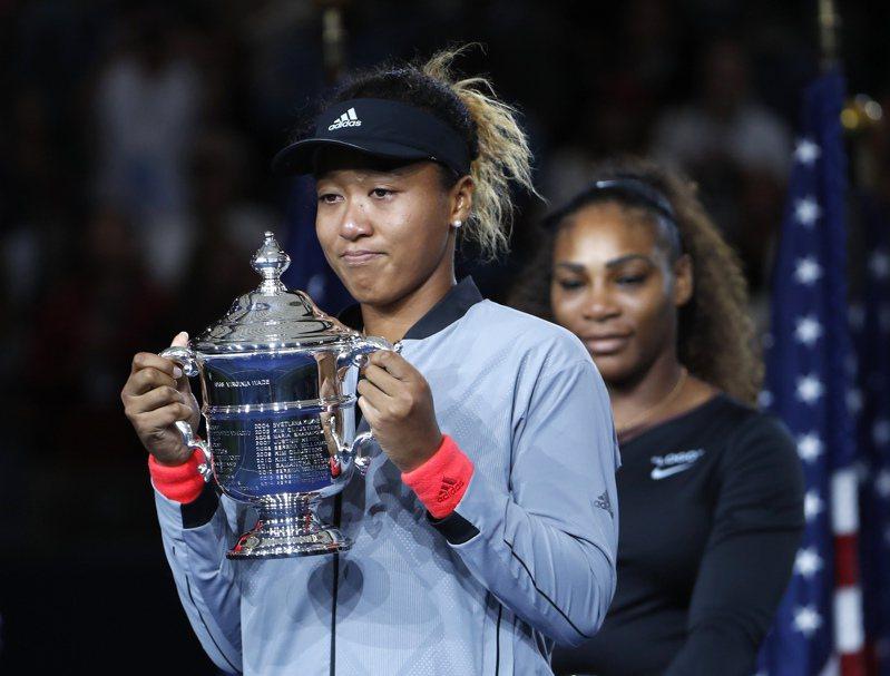 大坂直美2018年贏得美國網球公開賽女單冠軍,身後是她的偶像小威廉絲。美聯社