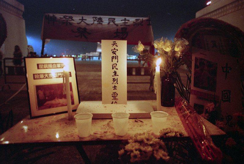 中華民國青年支援大陸青年爭取自由民主運動籌備委員會在中正紀念堂聚集北區青年,一致譴責中共血腥鎮壓學生的暴行。現場架設起天安門民主烈士靈堂。圖/聯合報系資料照片