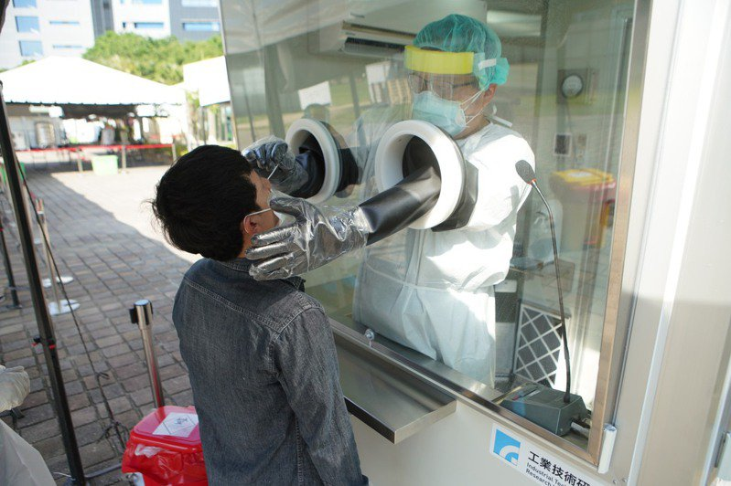 經濟部責成工研院將正壓採檢亭支援竹科社區篩檢站,提供採檢、檢測一條龍服務。圖/經濟部提供
