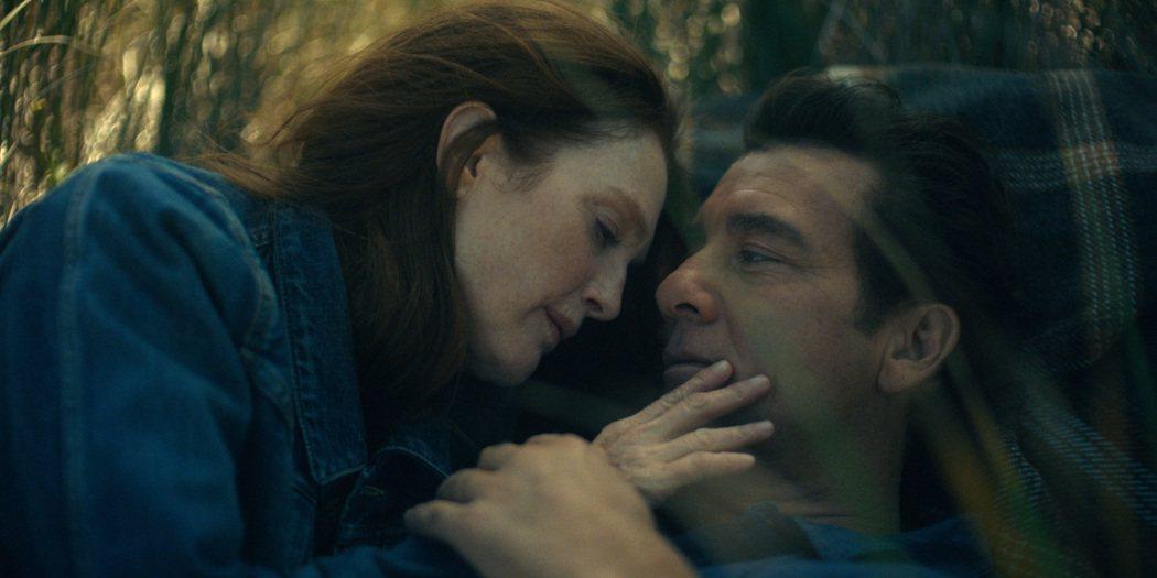 茱莉安摩爾(左)在「莉西的人生異旅」與克里夫歐文(右)有浪漫對手戲。圖/APPL...