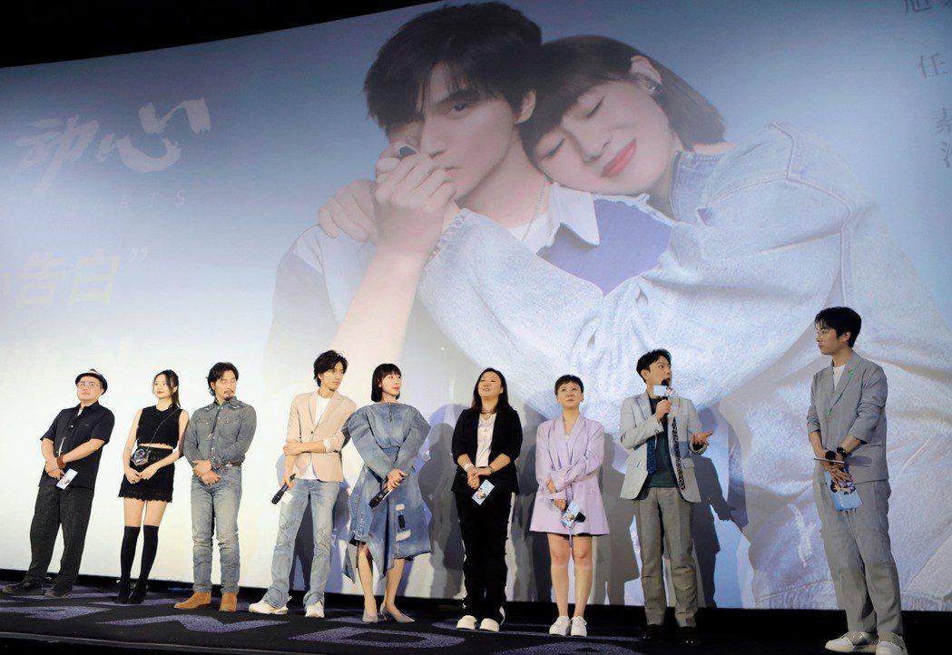張信哲(右二)率領「有一點動心」全體演員一起出席首映。圖/潮水音樂提供