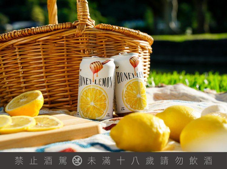 清爽的蜂蜜檸檬艾爾啤酒,酸甜與氣泡感正合適夏天飲用。圖 / 臺虎精釀提供 ※ ...