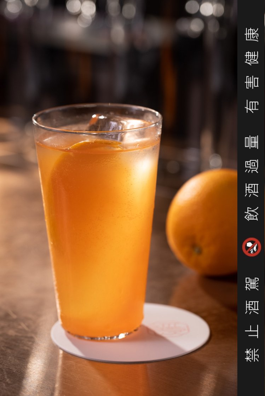 「蜂蜜啤酒花」取鮮榨椪柑、苦甜酒和啤酒結合,甜中帶苦、苦中帶甜。記者沈昱嘉 / ...