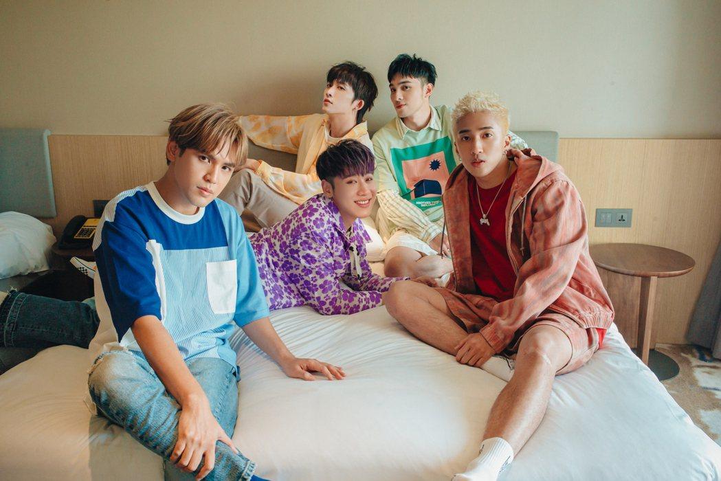 「五堅情」才剛推出新歌,成員陳零九(左)確診新冠肺炎。圖/原音兄弟提供