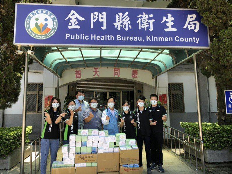 金門7家全家便利商店今天也攜手捐贈了5千個醫療級別口罩,希望對金門的防疫工作,盡一份心力。記者蔡家蓁/攝影