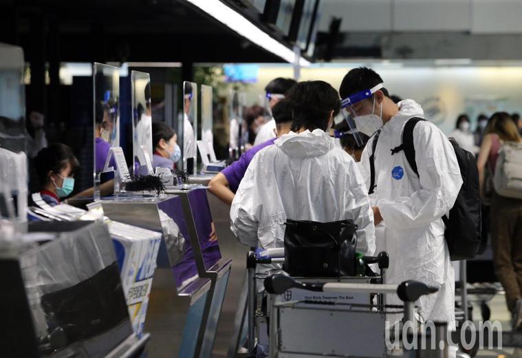 圖為桃園機場第二航廈有旅客在櫃檯報到。記者鄭超文/攝影