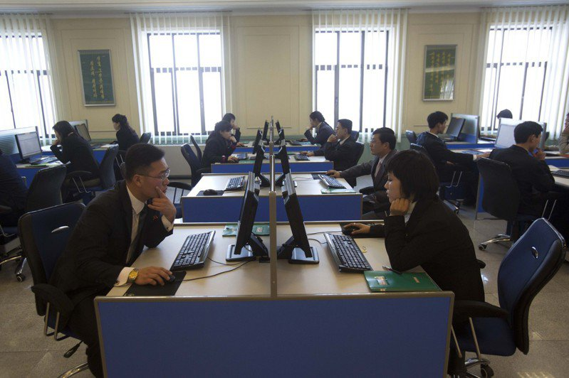 北韓學生二○一三年一月在平壤金日成大學電腦實驗室進行研究。美聯社