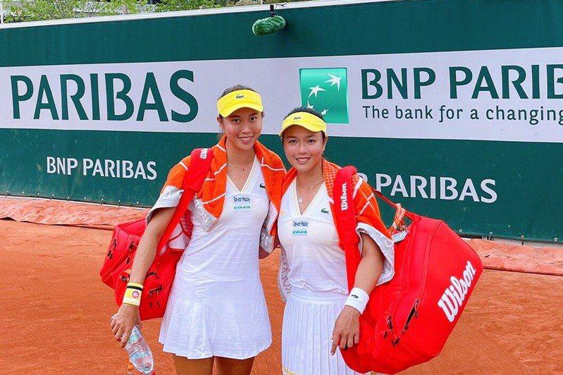 法國網球公開賽女雙第二輪賽事,我國好手詹家姊妹詹詠然(右)/詹皓晴,順利挺進到到第三輪。 圖/劉雪貞提供