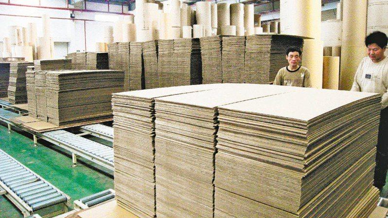 工紙又喊漲,正隆、永豐餘受惠。圖為工紙生產線。(本報系資料庫)