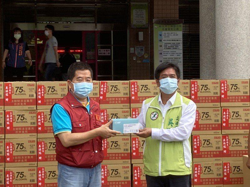 立法委員吳琪銘捐贈1萬多片口罩、1千多瓶的防疫酒精、20件的防護衣給土城區公所,盼能協助第一線防疫人員。圖/立法委員吳琪銘提供