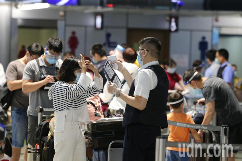 長榮航空飛洛杉磯航班增班,桃園機場昨天的出境人數約為1315人次,圖為昨日桃園機場旅客在櫃檯報到,圖為示意圖,非新聞當事人。記者鄭超文/攝影