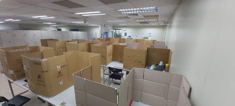 有網友在ptt科技板分享了公司的防疫照,只見紙箱包圍著員工座位。 圖擷自ptt