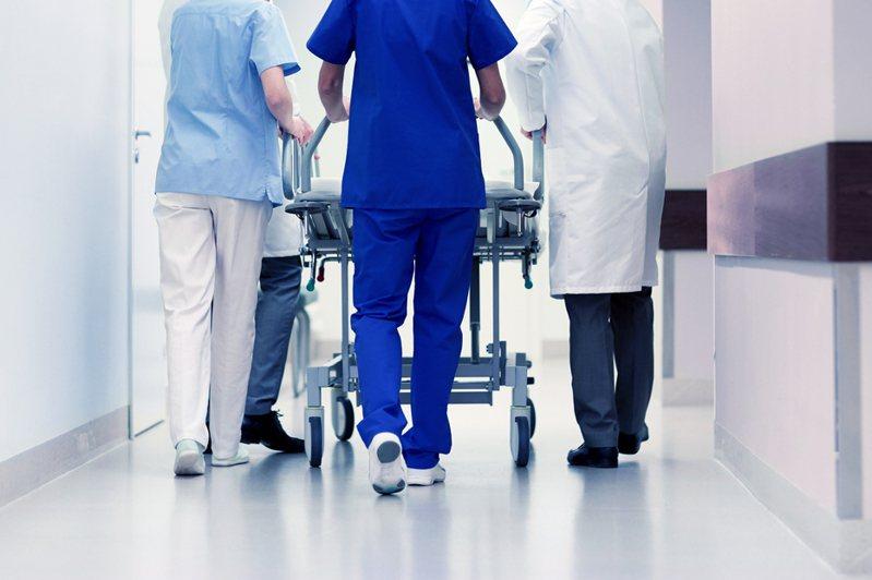 新冠肺炎本土疫情爆發後,最辛苦的莫過於第一線的醫護人員。 圖/ingimage