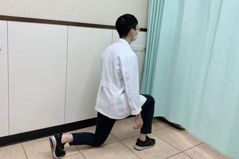 增加第2招:採一腳在前,一腳在後站姿,後側的腳再往下採跪姿。每次做10到15下。...