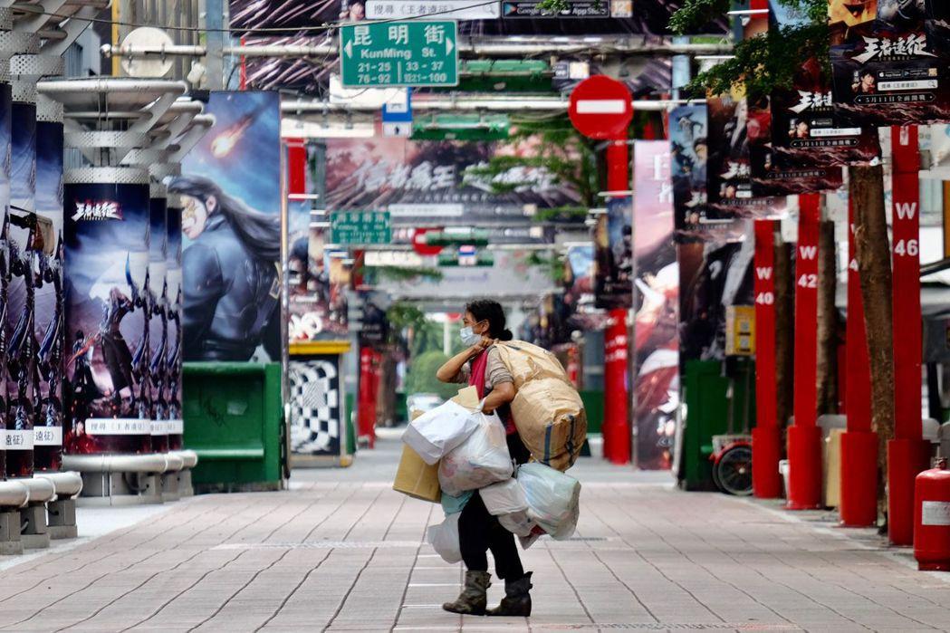 公共資源的使用,對街上人們來說並非無成本的好處,而是走在鋼索上危惴的日常。 圖/法新社