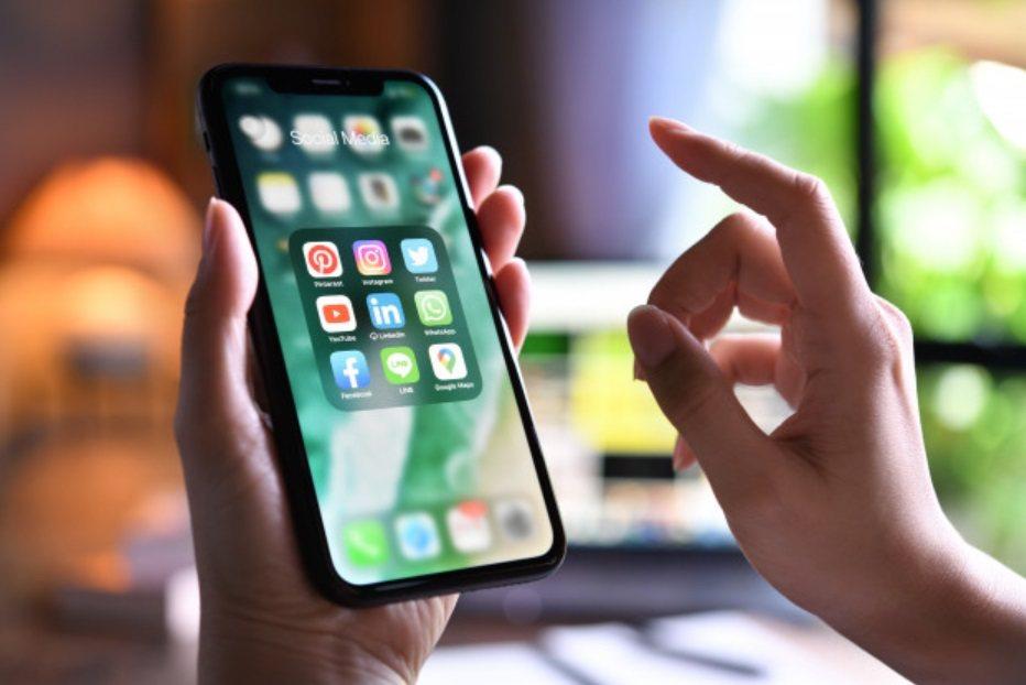 出門前更要先學好如何使用手機簡訊實聯制,進出店家零接觸又快速,多一份防護。 圖/...