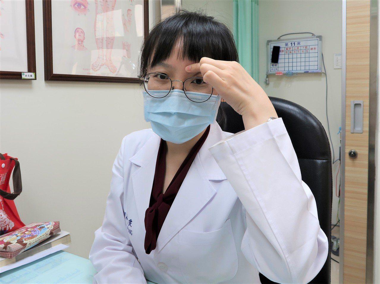 中醫師莊凱雯示範,可按摩眉頭內端凹陷處的「攢竹穴」,保養眼睛。 圖/南基醫院提供