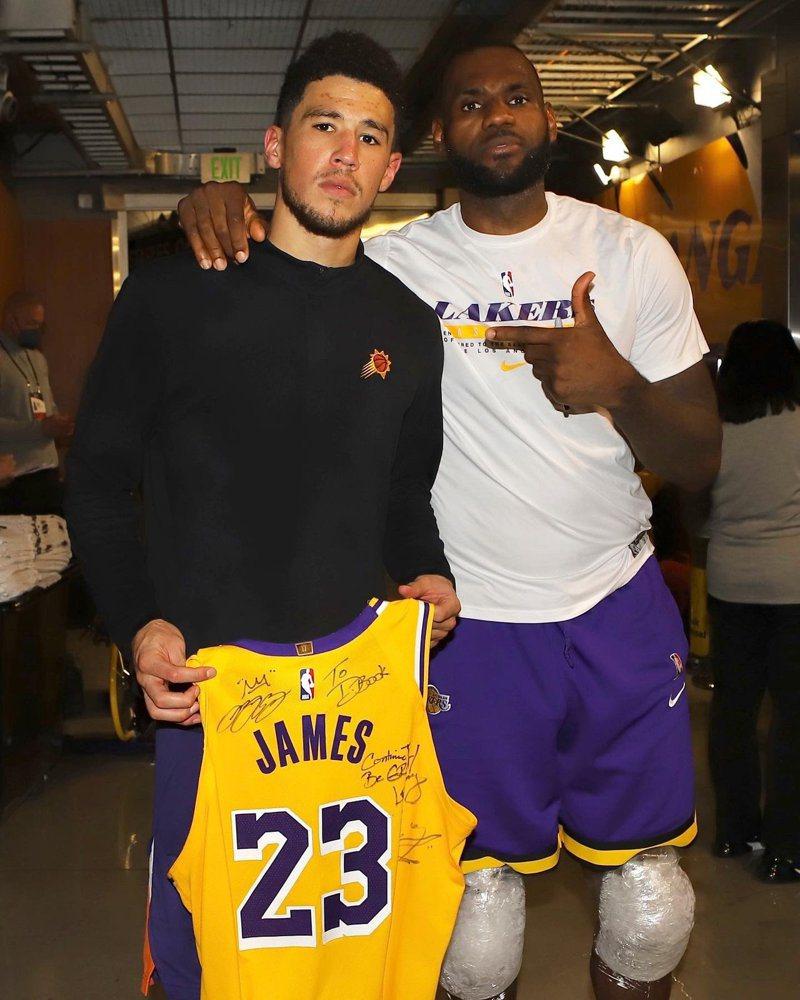 詹姆斯賽後送球衣給布克,並且寫下「繼續保持變得偉大」。 截圖自NBA官方推特