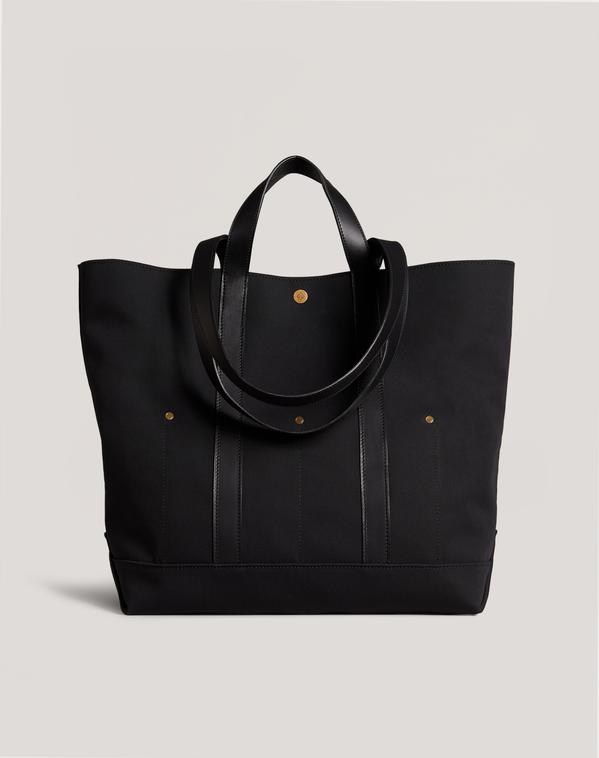 dunhill從工裝風格擷取DNA而創造的大型托特包,袋身裝飾了穩定結構的鉚釘,...