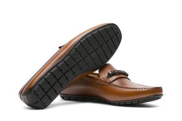 換上一雙男士們夏日必備的開車鞋款,立馬就能將身上的簡單行頭提升加分。 圖/AME...