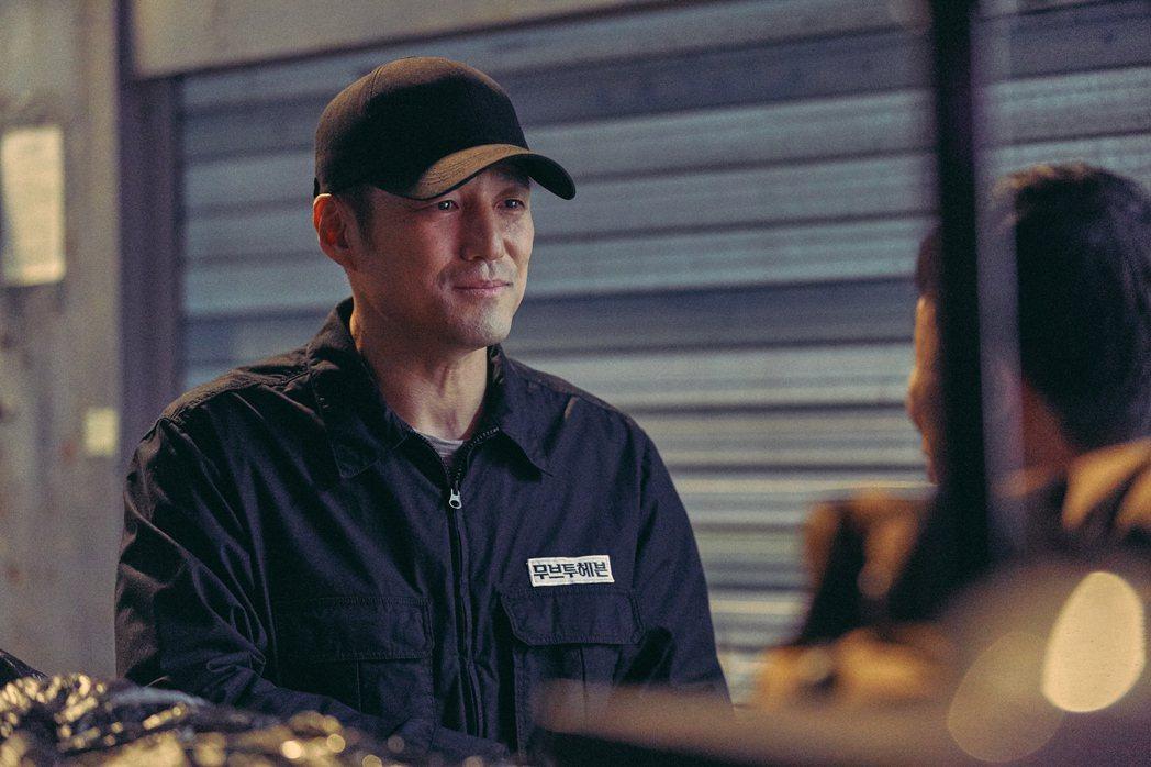 「我是遺物整理師」劇照,池珍熙飾演可魯父親。圖/Netflix提供