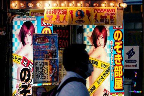 圖/歐新社:東京歌舞伎町的「窺視表演店」,注意看板上的說明,此處屬於「店舖型性風...
