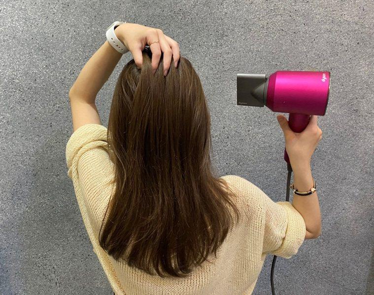 選擇具備智能溫控、風速大的吹風機,大幅縮短吹乾時間,讓夏天吹頭髮不再與汗流浹背劃...