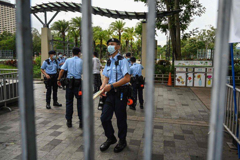 香港警方今(4日)下午到維園放置「警察公告」橫額並圍起鐵欄,表示根據《公安條例》將維園封閉,以阻止被禁止公眾集會。法新社