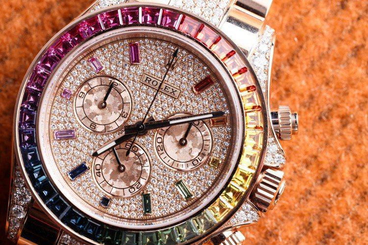 勞力士的玫瑰金Daytona腕表,表圈宛如彩虹般的成色由大量彩色藍寶石鑲嵌而成,...
