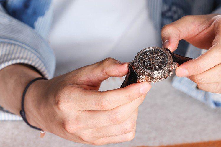 黑色琺瑯面盤,擁有十數項複雜功能的百達翡麗Ref.6002腕表,是Zach的鍾意...