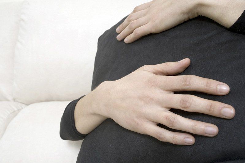 無害的「擁抱」竟成一名印度婆婆刻意傳染病毒給媳婦的途徑。 示意圖/ingimage