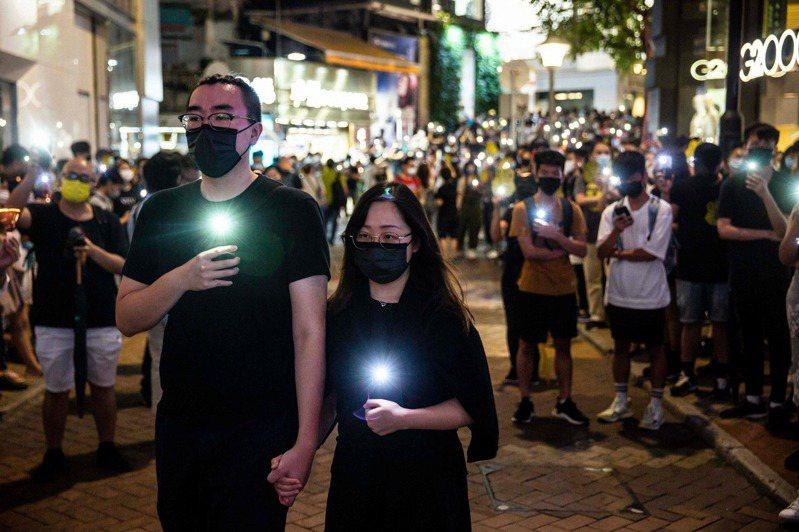 六四事件32周年,晚間數百位香港民眾,由銅鑼灣步行至維多利亞公園。法新社