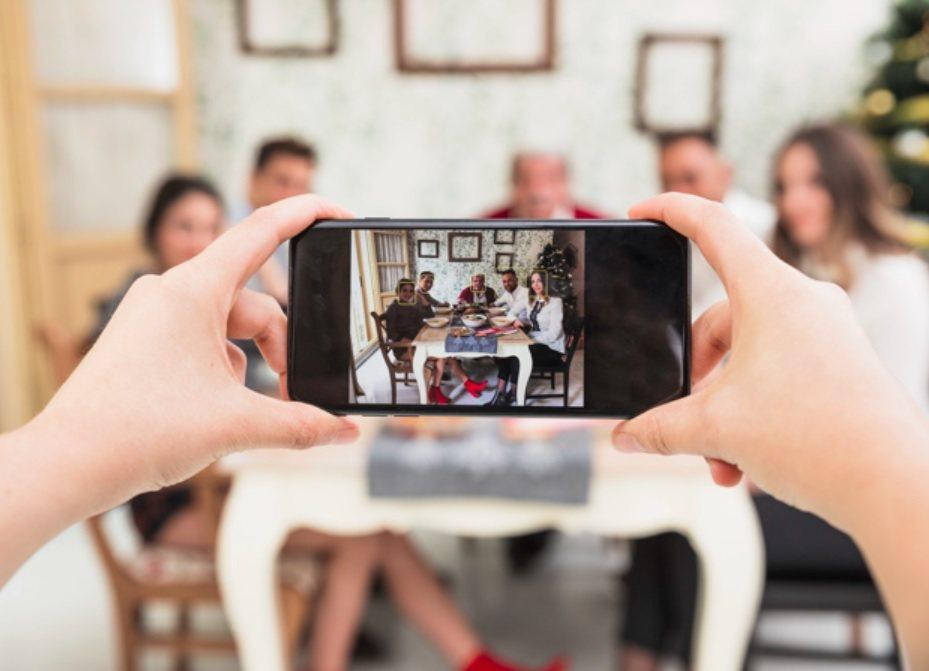 家人相聚時,大夥常在談笑之餘,突然瞄見一個身影正在一旁拍照或攝影,若側拍效果不夠...