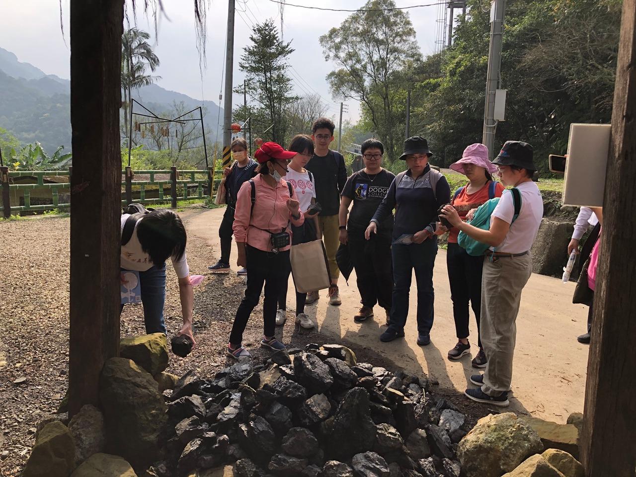 楊桂馨(左2)創立「平溪導覽協會」,培育在地居民、新住民及青年擔任導覽員,為傳承...