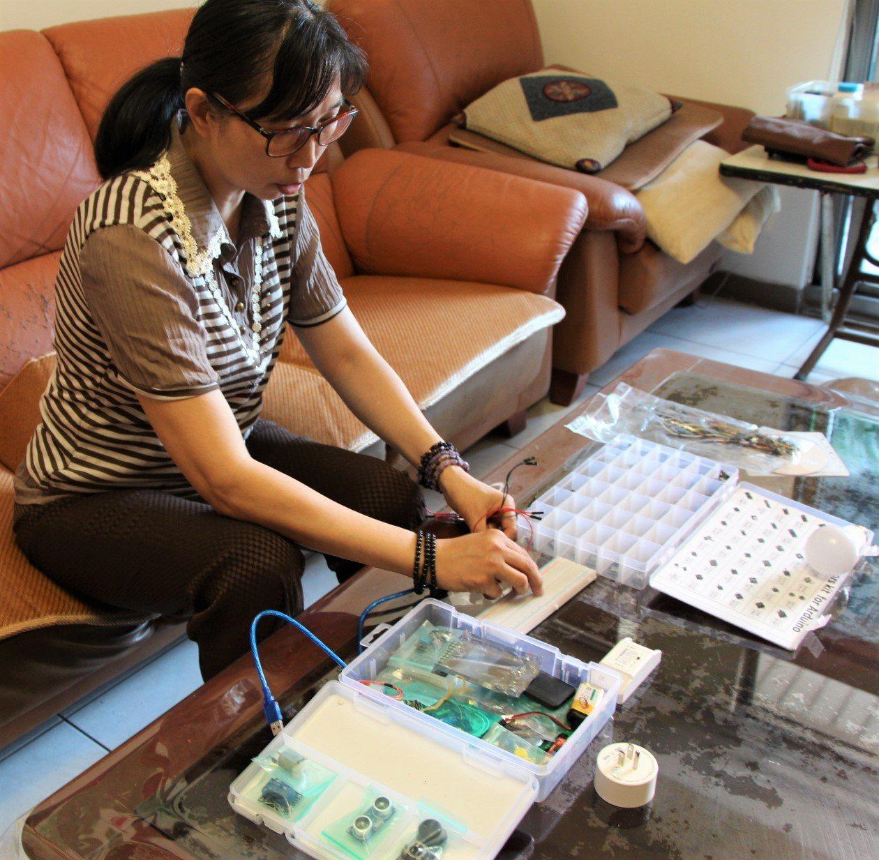 屏東縣55歲劉祖貞熱愛學習,參加職訓課程訓練,撰寫程式語言、運用感測元件都難不倒...