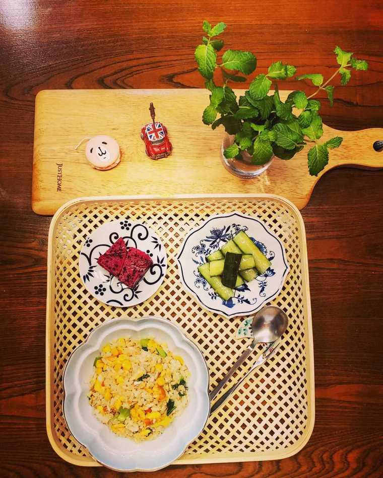 在家防疫期間,三餐自己煮,營養均衡,今日午餐:鮭魚蛋炒飯