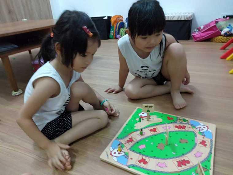 在家防疫期間,姊妹玩桌遊開心農場,感情變好了。