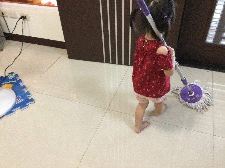 在家防疫期間,和孩子在家打掃房子。