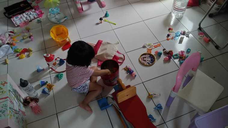 在家防疫期間,我每天不停收玩具、哄小孩、整理清潔家中。