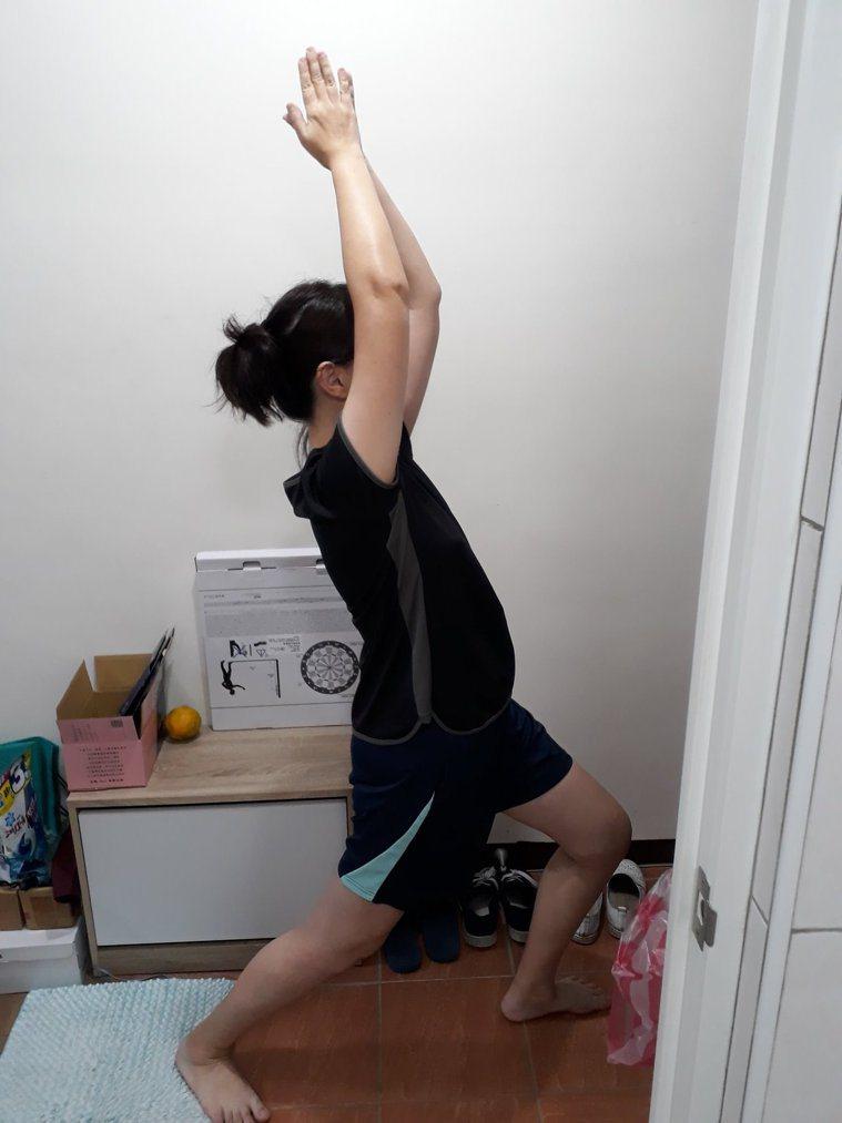 在家防疫也要每天做運動。