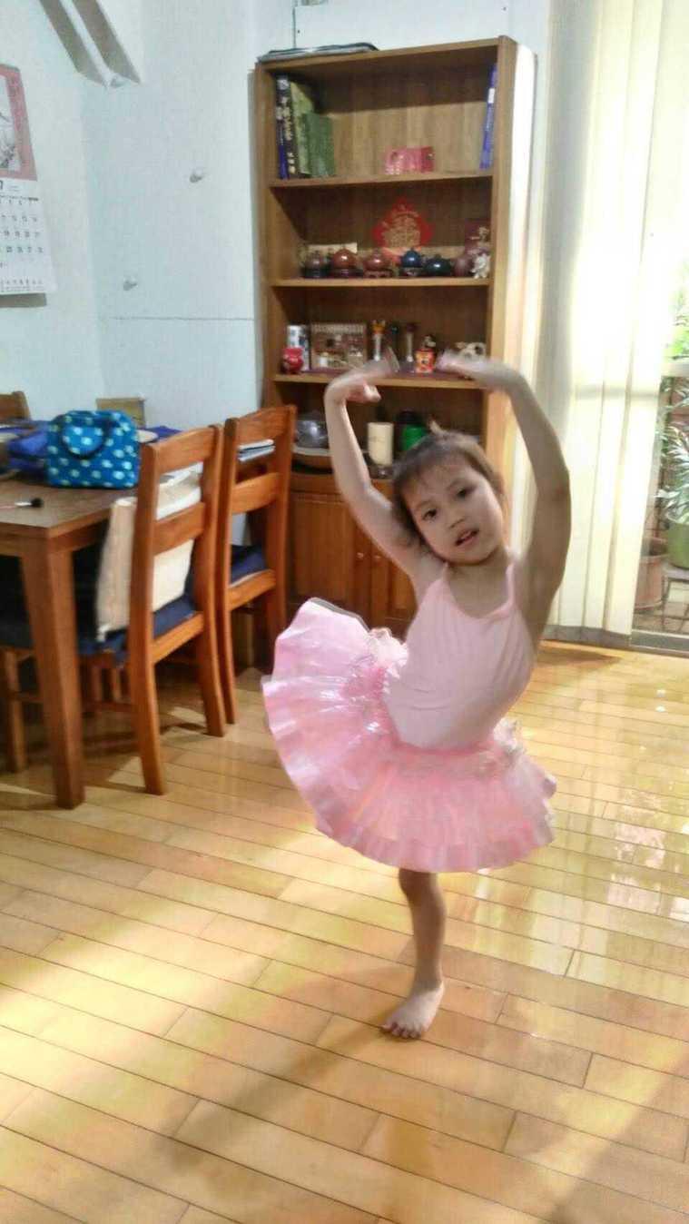 在家防疫期間,精進芭蕾舞藝。