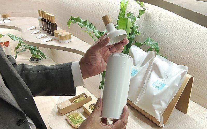 「可重複充填瓶(R-Bottle)」簡約美觀,除了平日使用打開竹蓋,瓶身也可轉開...