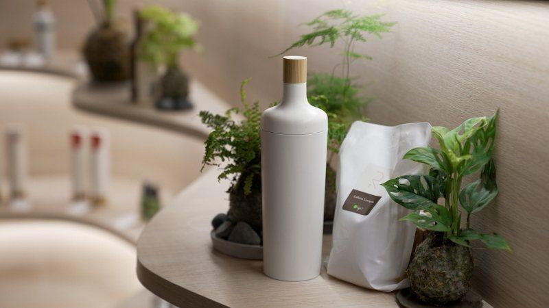 可重複使用的洗髮精環保瓶以及單一材質可回收的補充包包裝,是歐萊德領先髮妝市場推出...