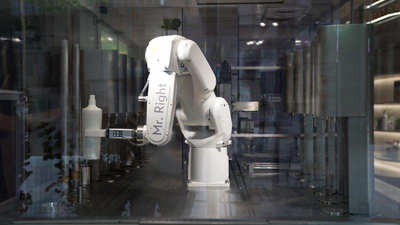 歐萊德全新概念店裡的擬人機械手臂,在無塵空間裡協助自動充填洗髮精,動作靈活,還可...