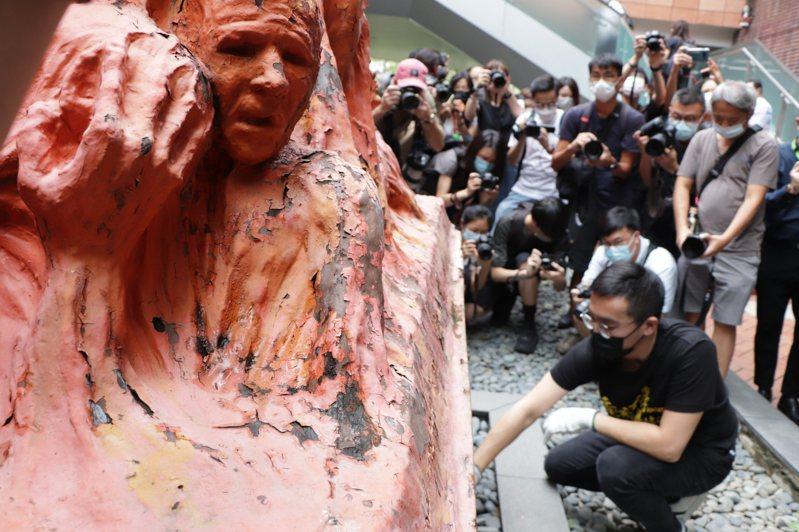 香港大學學生會4日舉辦洗刷「國殤之柱」活動,悼念北京「六四事件」死難者。中央社