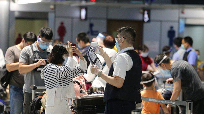 最近桃園國際機場出現好久不見的鬧烘烘景象,尤其是赴美旅客暴增。記者鄭超文/攝影