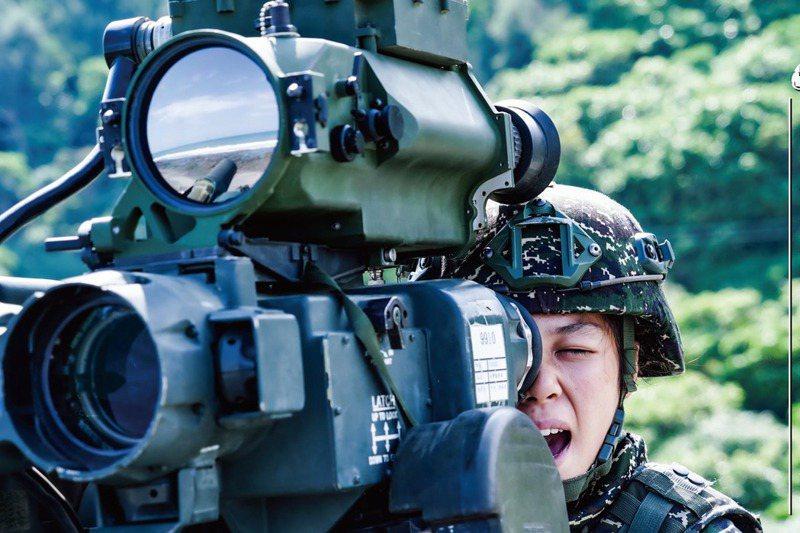 軍方內部證實,反裝甲飛彈部署將擴及金、馬外島,要像7-11便利商店一樣「到處都有」,讓共軍難以反制。圖為陸戰隊反裝甲連進行拖式飛彈實彈射擊。 圖/取自海軍臉書
