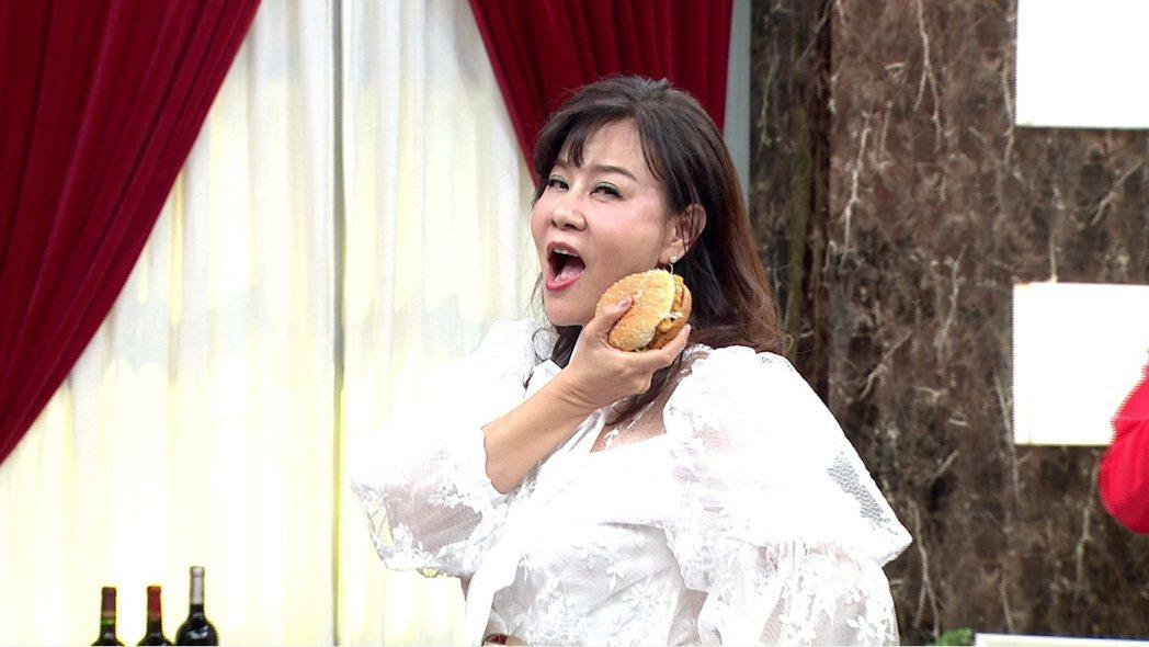 龍千玉表情浮誇模仿漢堡主播。圖/年代MUCH台提供