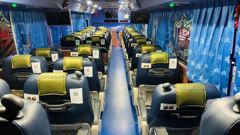 三重客運配合政策提升防疫措施,民眾於防疫期間進入客運車站、搭乘國道及公路客運,全程均應配戴口罩且禁止飲食,乘客於乘車前須逐一測量體溫,並以酒精消毒手部。   圖/三重客運提供